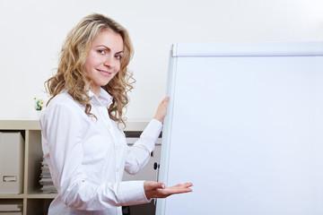 Frau im Büro bei Präsentation