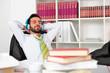 Geschäftsmann im Büro hört entspannt Musik