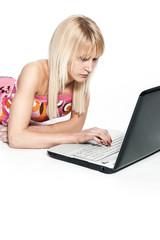 Mädchen mit Laptop am Boden