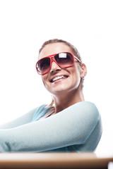 Glückliche Frau mit Sonnenbrille