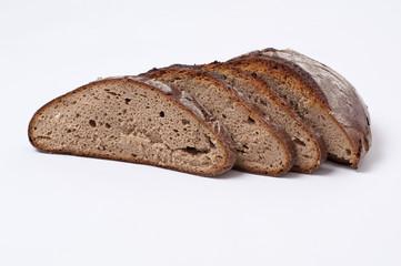geschnittenes Brot auf weißem Hintergrund