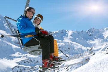 Paar im Skilift