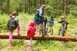 Wycieczka rowerowa - przeprawa przez powalone drzewo