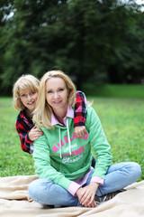 Mama mit Kind im Park