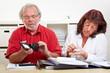 Älteres Paar zählt Geld