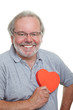 Senior hält rotes Herz