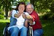 Seniorin und Mann halten Daumen hoch