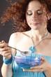 Frau isst Quark, weils Gesund ist und schmeckt