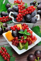 Vassoi di frutta mista a pezzi