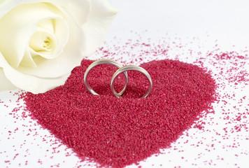 Trauringe mit Rose und Herz