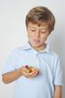Junge freut sich auf Gummibärchen