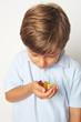 Kind mit Gummibärchen