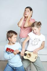 Kinder streiten, Mutter ist genervt