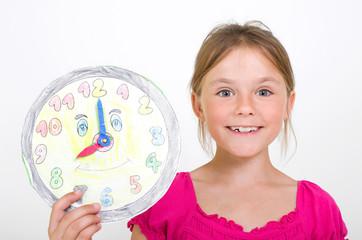 Kleines Mädchen mit gebastelter Uhr