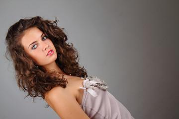 giovane ragazza con capelli ricci