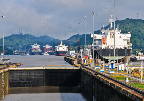 Deurstickers Kanaal Ship passes through the Panama Channel Locks