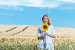 frau im kornfeld mit sonnenblume