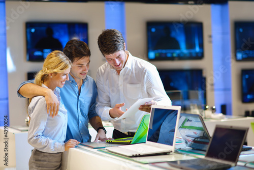 Young couple in consumer electronics store - 43910054