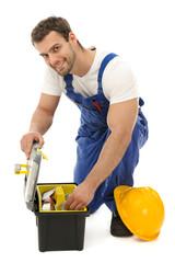Handwerker sucht im Werkzeugkoffer