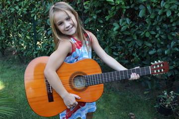 bambina con chitarra