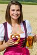 Junge Frau mit Brezel und Bier