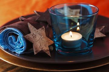 Weihnachtlich gedeckter Tisch mit Teelicht