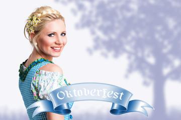 junge blonde Frau im Dirndl vor gemaltem Hintergrund