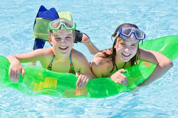 Mädchen im Schwimmbad auf einer Luftmatratze