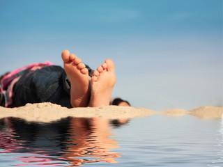 Kinderfüsschen im Sand mit Spiegelung