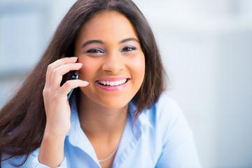 teenager telefoniert mit dem handy