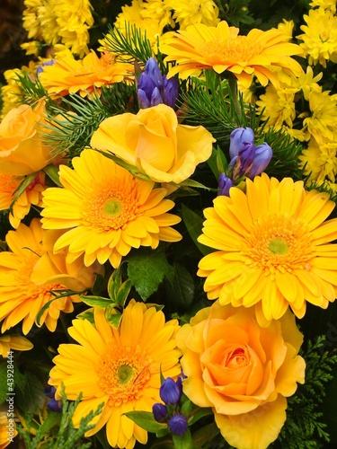 Blumenstrauß in gelb und blau