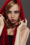 fantasy portrait einer jungen frau mit rotem tuch