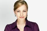 bewerbungsfoto einer jungen frau mit violettem hemd