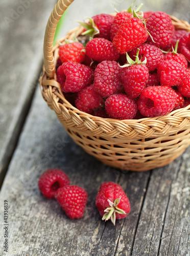 Zdjęcia na płótnie, fototapety na wymiar, obrazy na ścianę : fresh raspberry in a basket on wooden table
