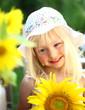 Portrait eines Mädchens mit Sonnenblumen