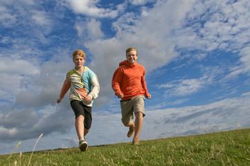 Teenager laufen über Wiese