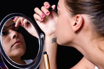 Ragazza allo specchio si trucca