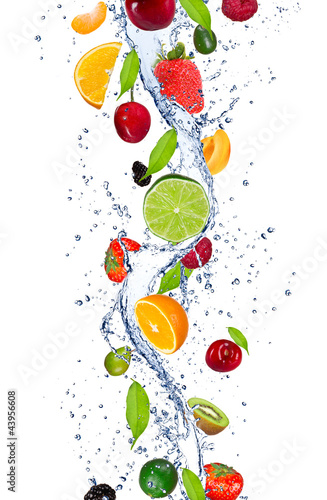 Frische Früchte, die in Wasserspritzen fallen