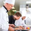 Drei Köche im Team in Restaurant Küche