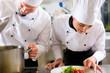Zwei Köche im Team in Restaurant Küche