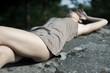 jeune femme allongée dans la nature