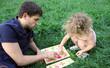 Отец и ребенок играют