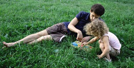 Счастливые отец и дочь играют в парке