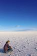 Mann sitzt auf Salzsee