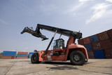Reach-Stacker mit Container