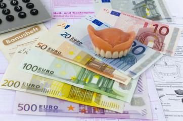 Zahnersatz, Euroscheine, Taschenrechner, Bonusheft