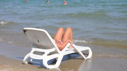 Frau auf dem Liegestuhl