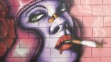 Fondo, graffiti de mujer fumando, arte urbano