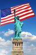 Statue de la Liberté et drapeau des Etats-Unis.