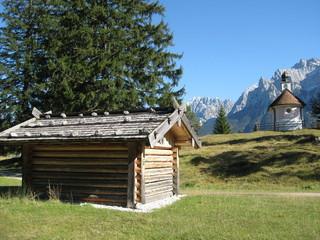 Kapelle und Heustadl in Bayern